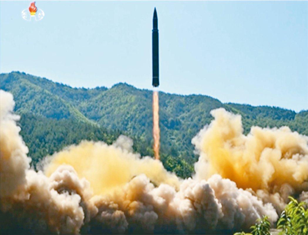 北韓國營電視台四日播出的畫面顯示,火星十四型洲際飛彈從北韓西北部發射。 美聯社