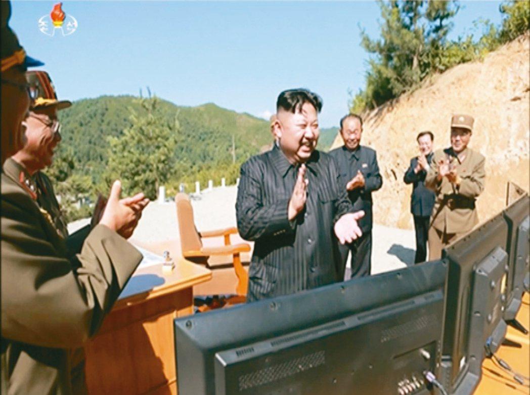 北韓領導人金正恩在火星十四型洲際飛彈試射成功後開懷鼓掌。 美聯社