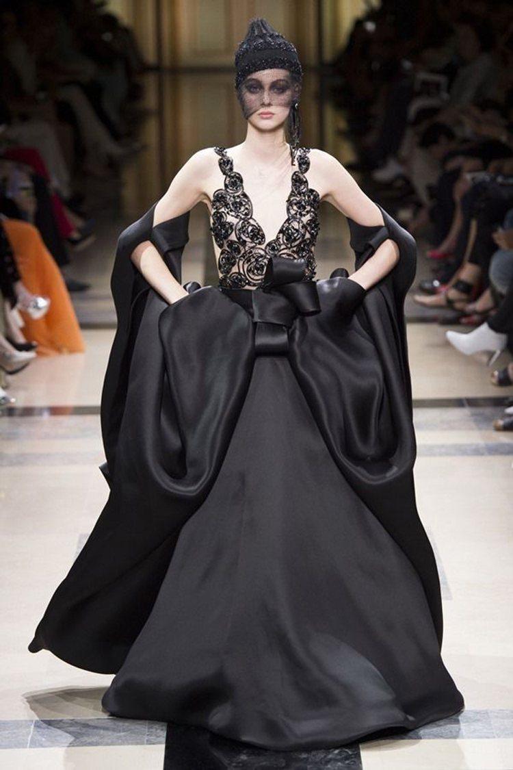 黑色是Giorgio Armani Privé 2017秋冬高級訂製服一大主角。...