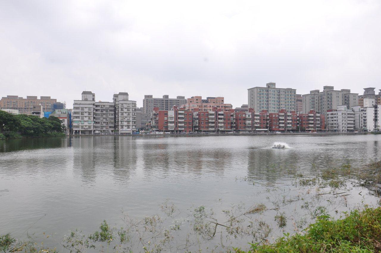 桃園區國強七街、國豐七街交叉口的2-6號埤塘早年常被亂倒垃圾,但髒亂不堪,經整建...