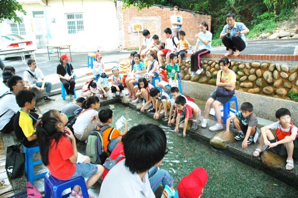 埤塘、水圳部分設有洗衫坑等設施,與居民生活密不可分。圖/陳其澎提供