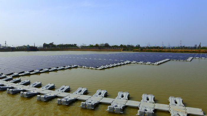 全台第一口光電埤塘位於桃園市新屋區北湖國小旁的12-14號池,第一期光電系統已經...