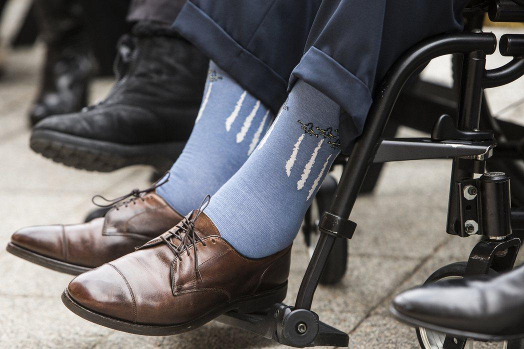 美國前總統老布希喜歡穿五顏六色的主題襪,圖為他去年底參加珍珠港事變紀念活動時穿一...