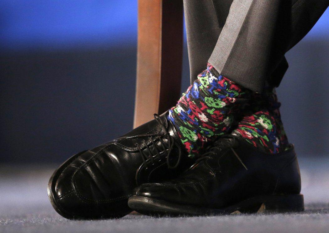 杜魯多去年3月訪美在美國商會發表演說,穿了一雙五顏六色的襪子。路透
