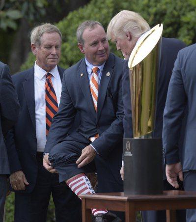美國南卡州共和黨聯邦眾議員鄧肯(中)上月12日到白宮參加活動時,穿了一雙印有「川...