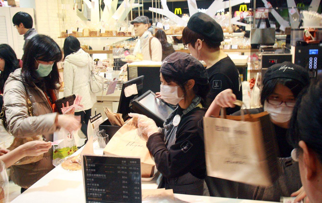商研院表示,一例一休與年金改革等政策因素,影響中小企業的加薪意願與消費者的消費意...