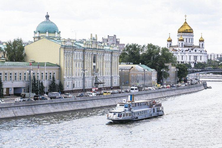 法人表示,俄羅斯未來仍有降息空間,油價若持穩可逢低加碼。圖為莫斯科河岸。 美聯社