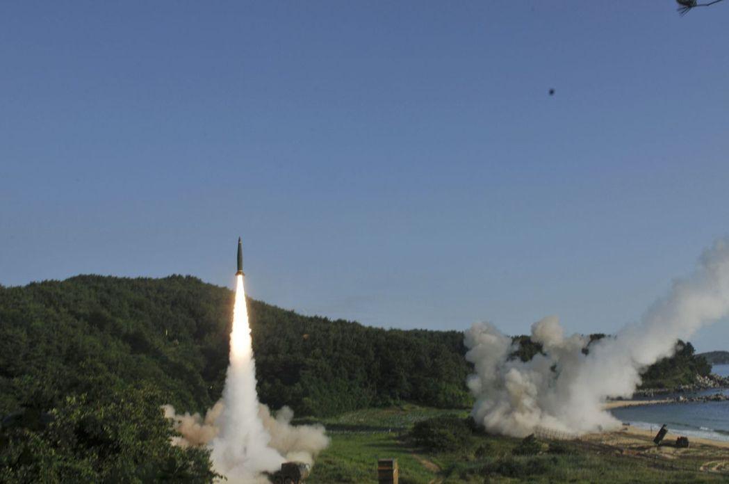 北韓首次發射洲際彈道飛彈後,美國和南韓部隊今天上午在南韓東海岸展開聯合軍演,左為...