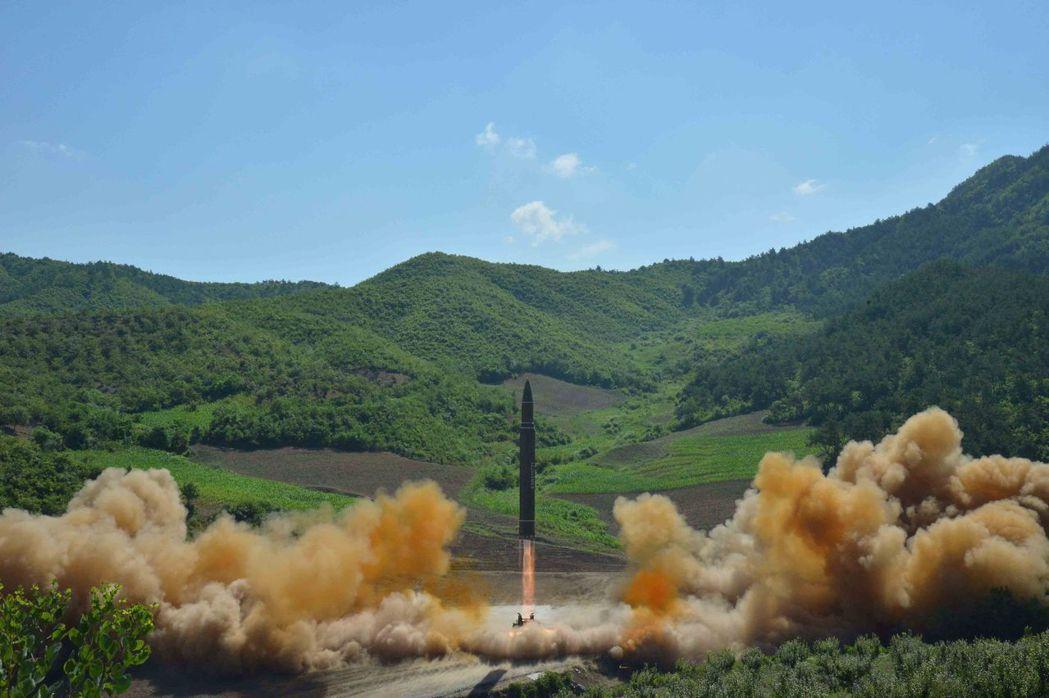 北韓發射飛彈畫面。 路透