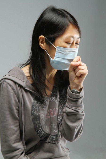 醫生表示,進出冷氣房、愛吃冷飲、忽略清理塵(蹣)都會引發過敏。圖/本報資料照片