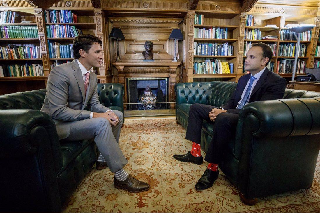加拿大總理杜魯道和愛爾蘭新總理瓦拉德卡今在都柏林相見歡,兩人還在襪子上比拚。圖擷...