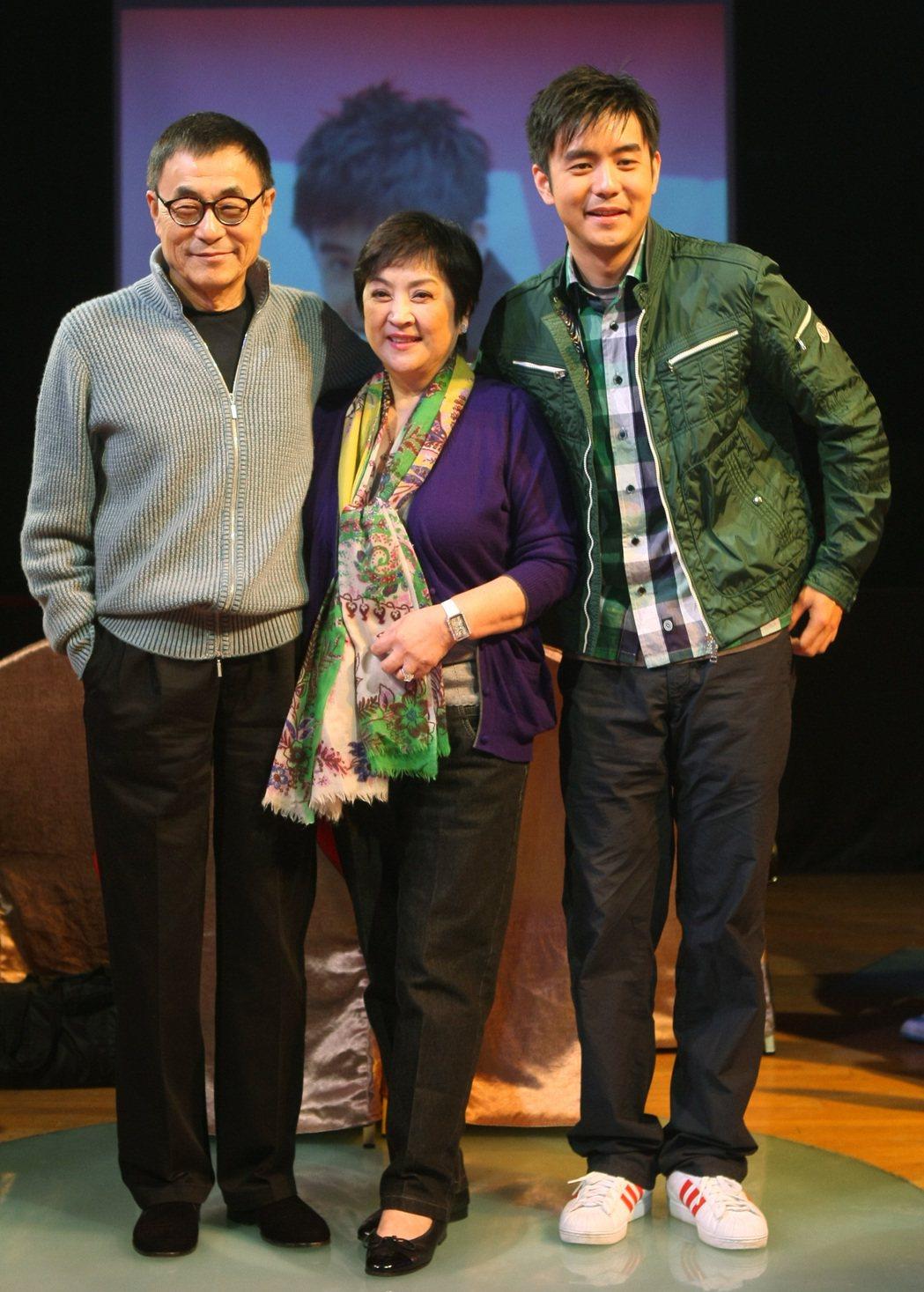 劉家昌(左)與甄珍(中)、兒子劉子千(右)一家人對外看起來和樂融融。 圖/聯合報