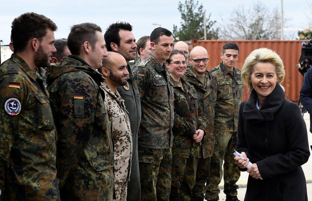 目前駐守在因斯里克空軍基地的德軍約有250人,圖為德國國防部長烏爾蘇拉(Ursu...