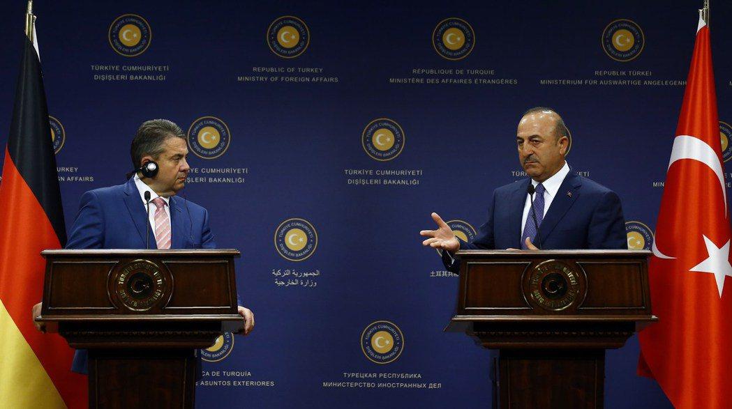土耳其外交部長查悟許奧盧(右)展現強硬的態度,就連德國外交部長蓋布爾(左)親自訪...