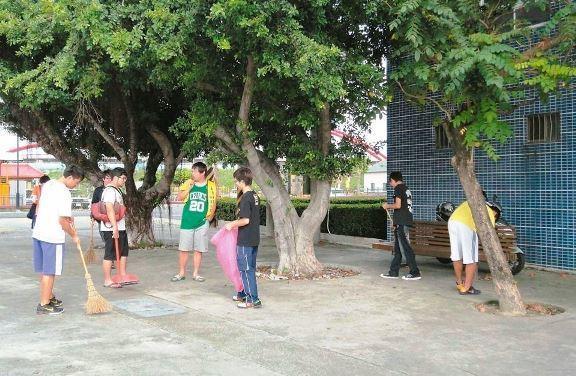全國私校工會表示,大學以打掃校園為主要內容的「服務學習」或「勞作教育」是假借「學...