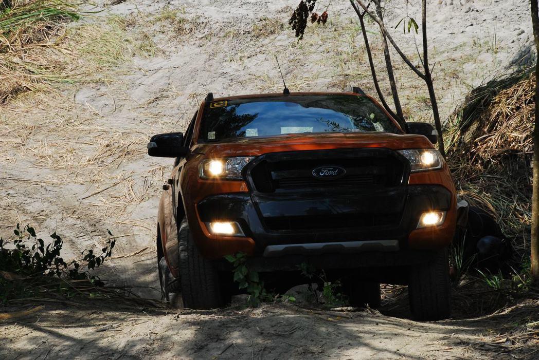 俯瞰Ford Ranger爬陡坡。記者林昱丞/攝影