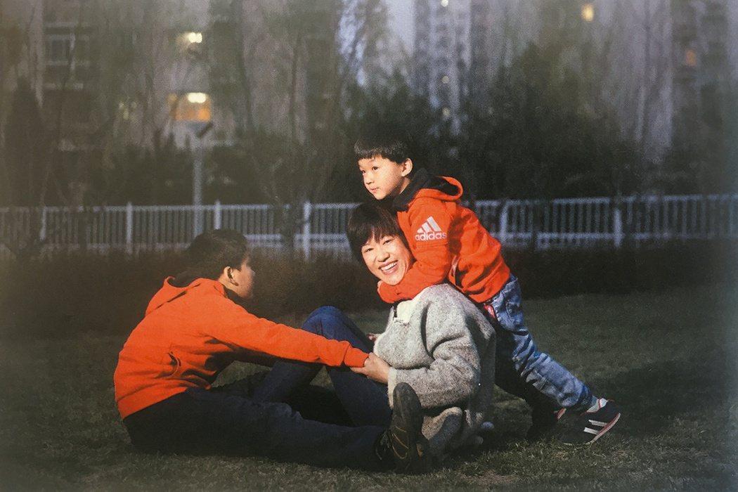 張淼和她的兩個孩子。 圖片提供/讀者雜誌