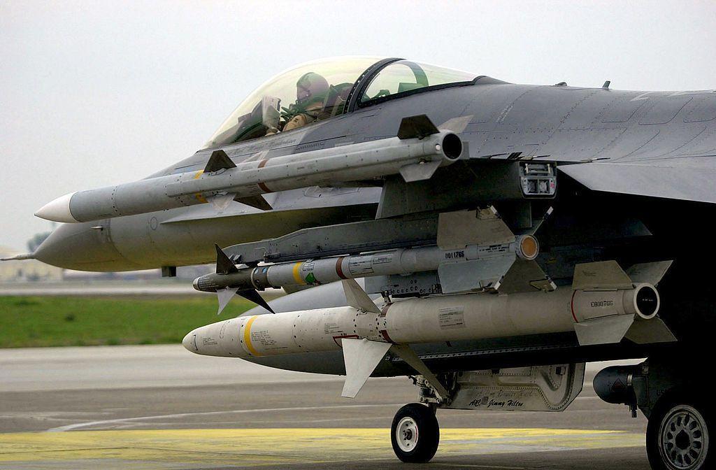 F-16機上第三枚飛彈(由上而下)即為AGM-88B高速反輻射飛彈。 圖/維基共...