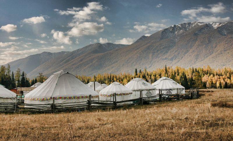 在喀納斯旅行時除了禾木村的民宿,也可考慮住傳統蒙古包,感受邊疆草原風情。(Pho...