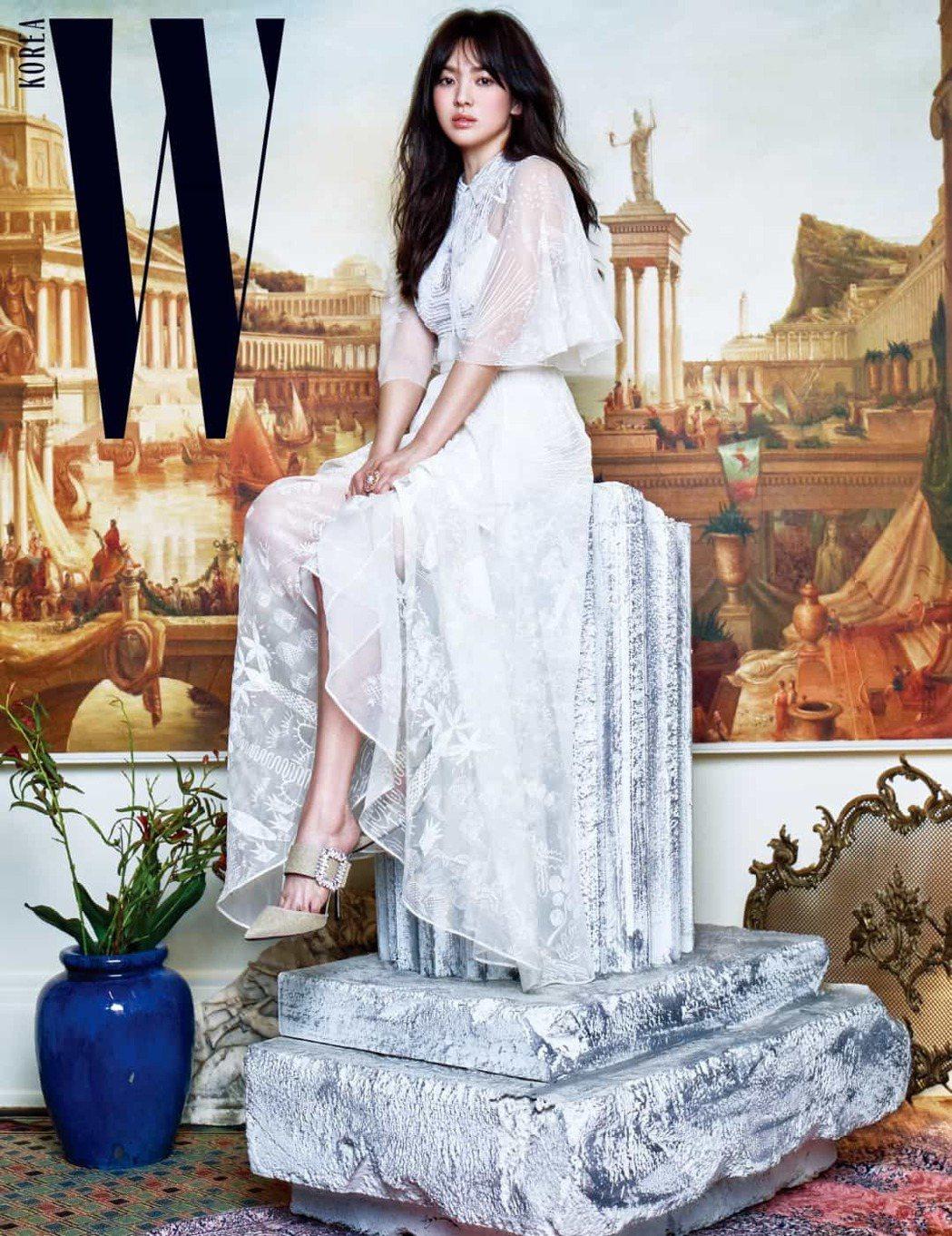 宋慧喬穿VALENTINO 2017春夏洋裝拍攝雜誌照片,相當浪漫。圖/取自pi...