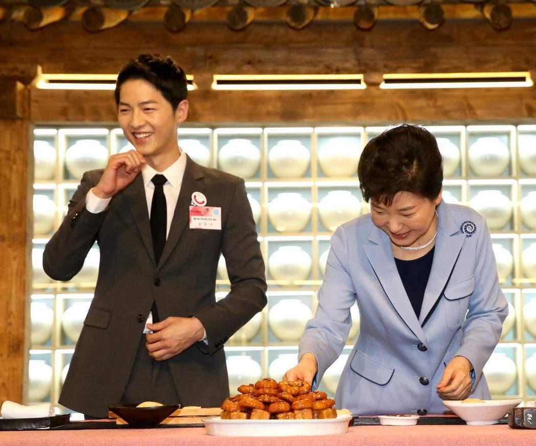 宋仲基曾和朴槿惠一起宣傳韓食。圖/摘自朝鮮日報