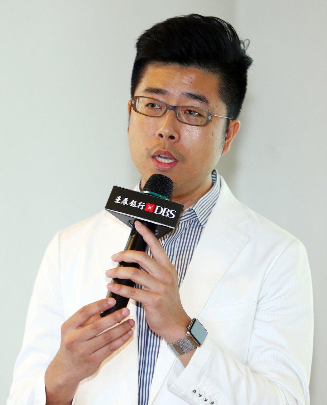 鮮乳坊創辦人龔建嘉說明他的理念。記者杜建重/攝影