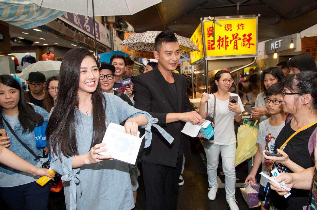 韓瑜(左)和陳冠霖掃街。圖/三立提供