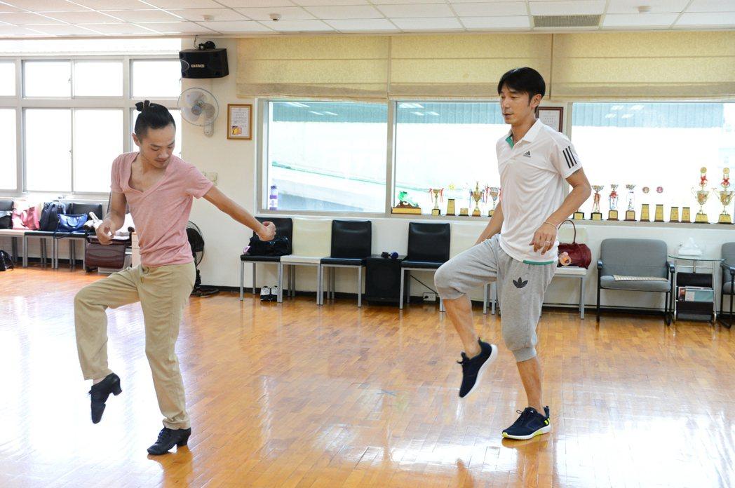 李李仁(右)為戲練國標。圖/八大提供