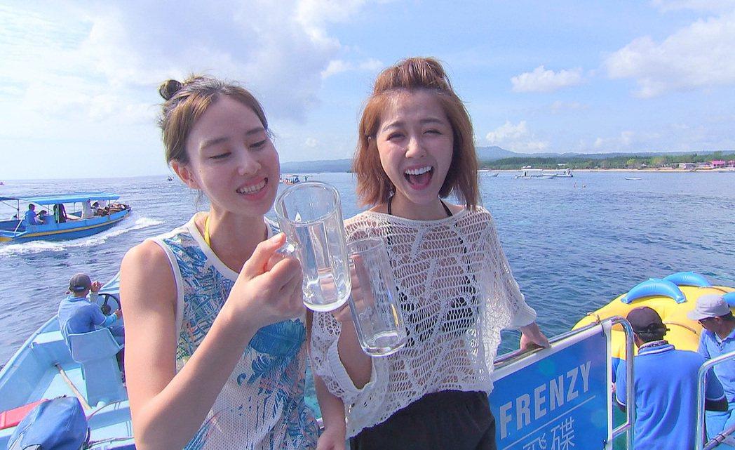 房思瑜(左)、邵雨薇挑戰水上活動「飛碟船」。圖/TVBS提供