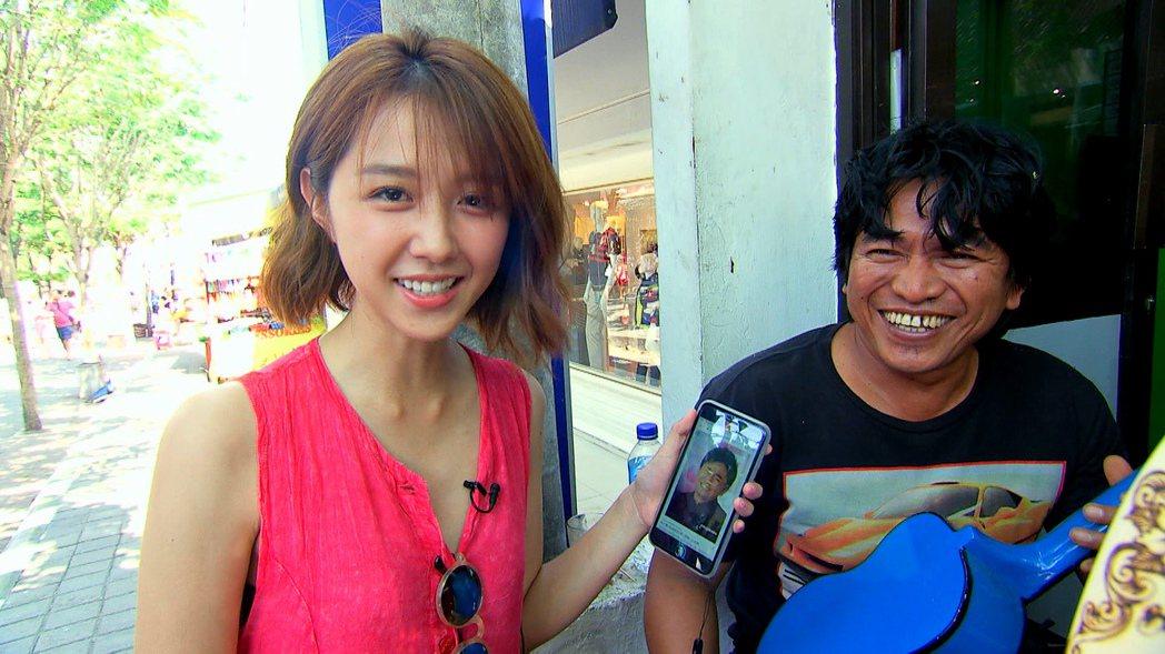 邵雨薇特地請「峇里島憲哥」幫她的禮物刻字。圖/TVBS提供
