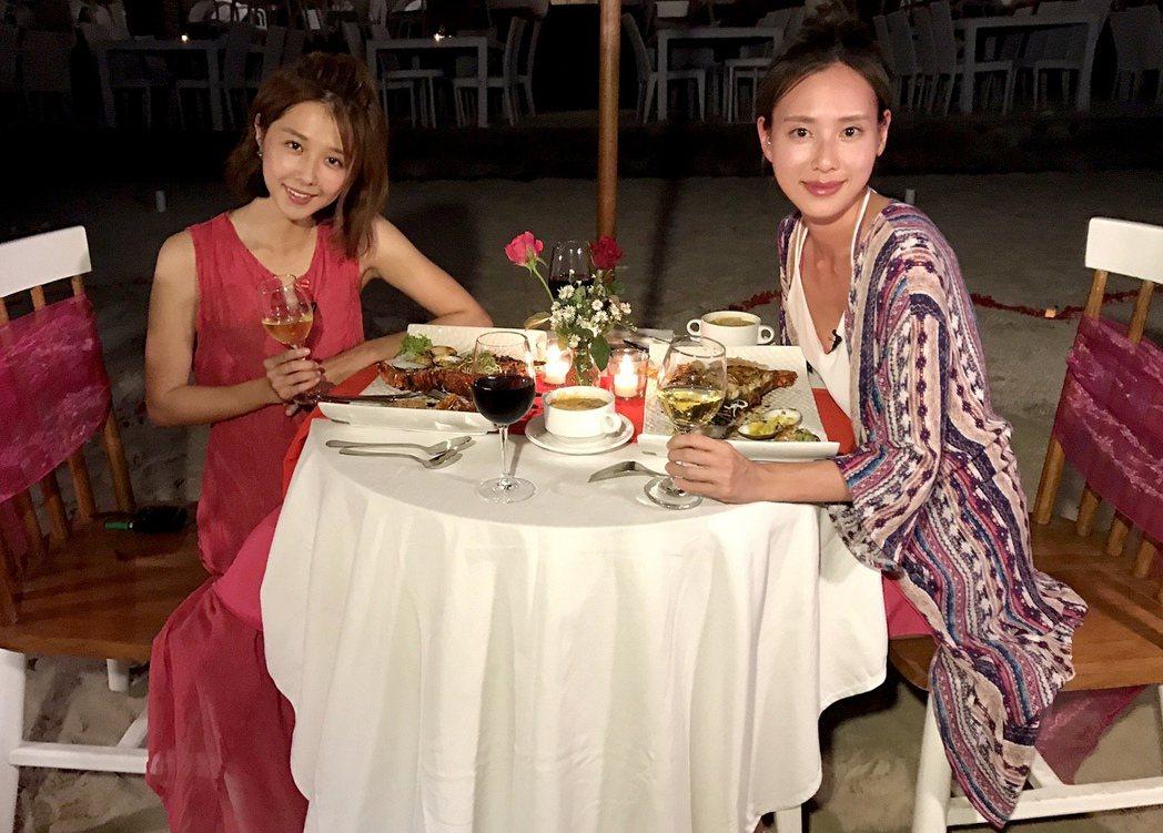 邵雨薇(左)與房思瑜享受閨蜜蜜月之旅的浪漫燭光晚餐。圖/TVBS提供