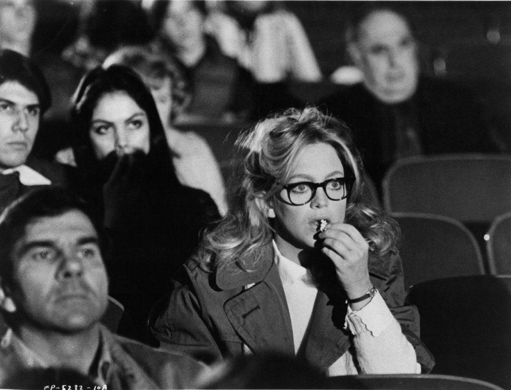 歌蒂韓在「小迷糊闖七關」中於戲院碰上凶殺案。圖/摘自imdb