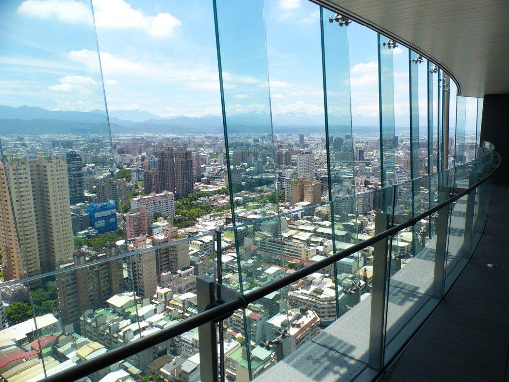 「富邦天空樹」外牆玻璃帷幕,兼具造型及節能機能。記者趙容萱/攝影