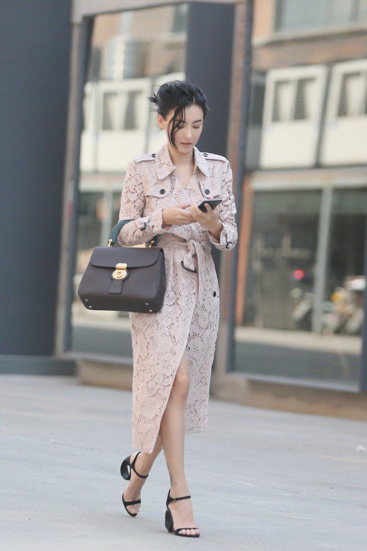 張栢芝身穿品牌經典蕾絲鏤空風衣搭襯DK88包款。圖/BURBERRY提供
