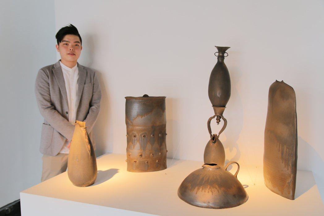 2017台灣陶藝獎昨天頒獎,24歲丁有彧獲陶藝創作獎,是史上最年輕得主。作品「它...