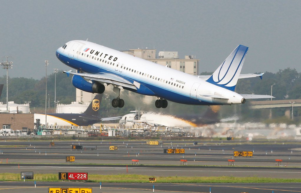 一名因為機位超賣而被要求改搭下班飛機的乘客,獲得1萬元聯航抵用的補償,這名女乘客...
