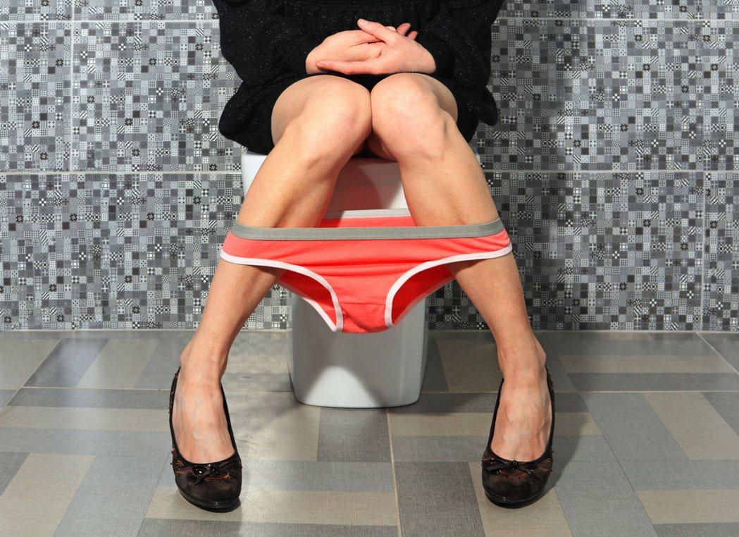 示意圖。年約30的女上班族,近期連續多次上廁所,排出綠色的便便,自認是腸胃不適「...
