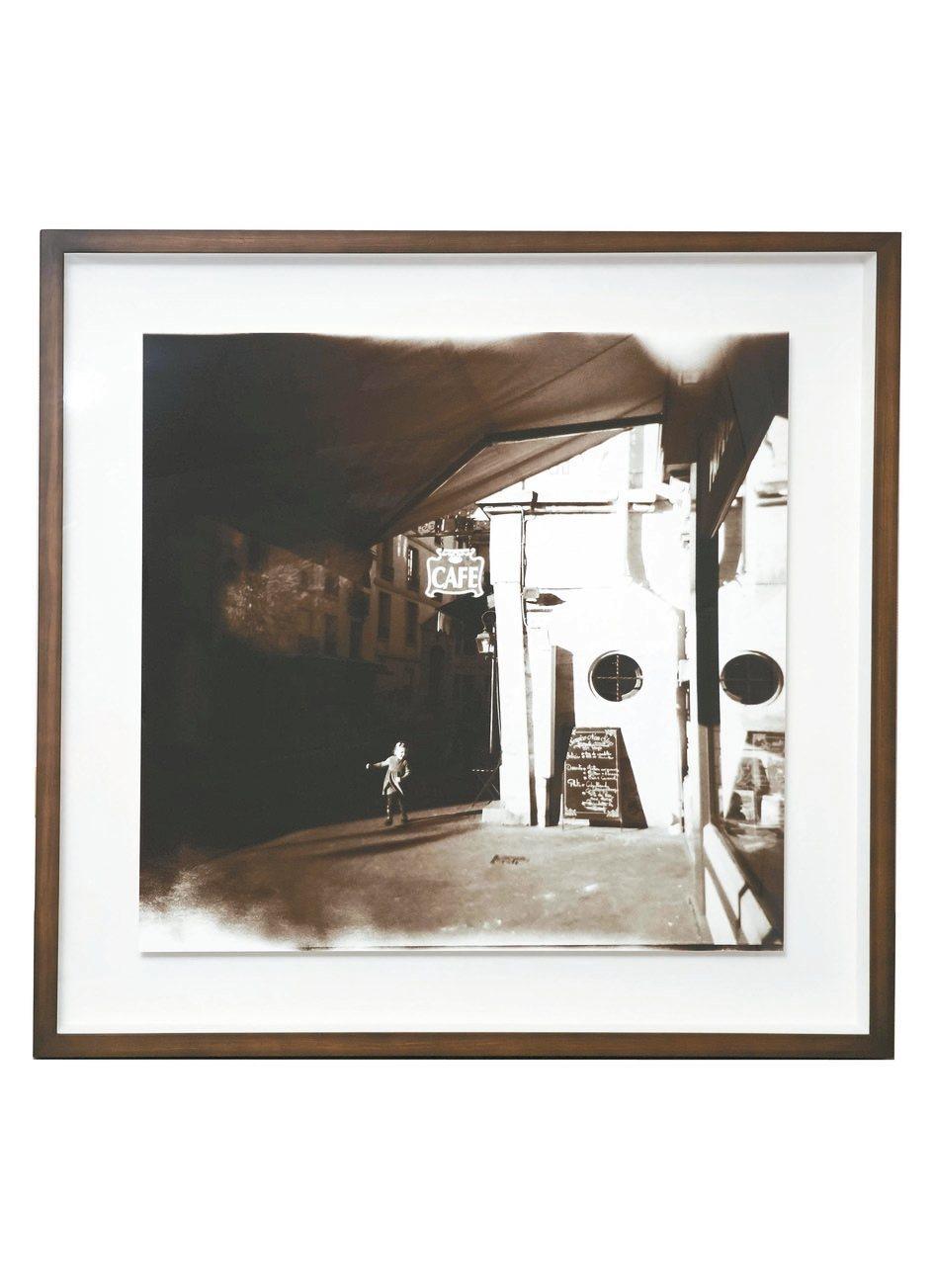 劉芳伶的先生王詩雲是攝影藝術者,這幅巴黎街頭的攝影作品一直掛在她的辦公室。 圖/...