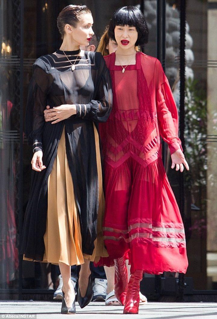 Bella Hadid和其他模特兒在巴黎街頭為Loewe拍攝形象廣告。圖/擷自每...
