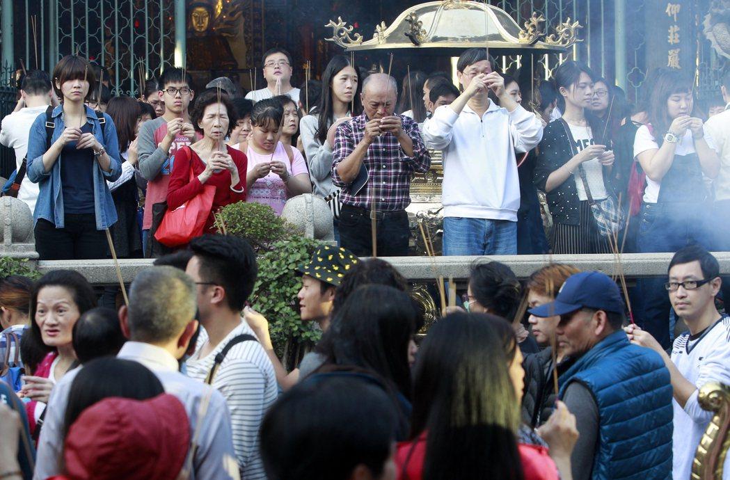 漢人民俗信仰觀認為,香火代表著靈力,有香火才有神。 圖/美聯社