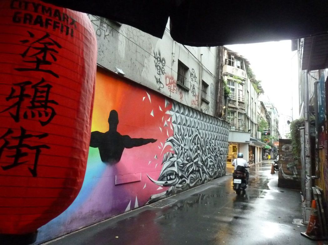 西門町引入塗鴉後,街景已經全然不同,甚至形成塗鴉街特區。 記者周志豪/攝影