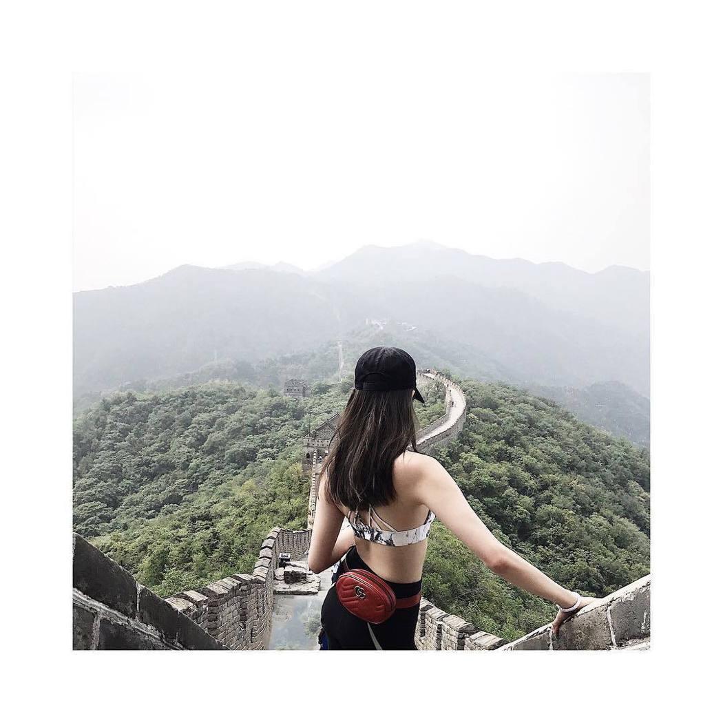 歐陽妮妮爬長城大秀好身材。 圖/擷自IG。