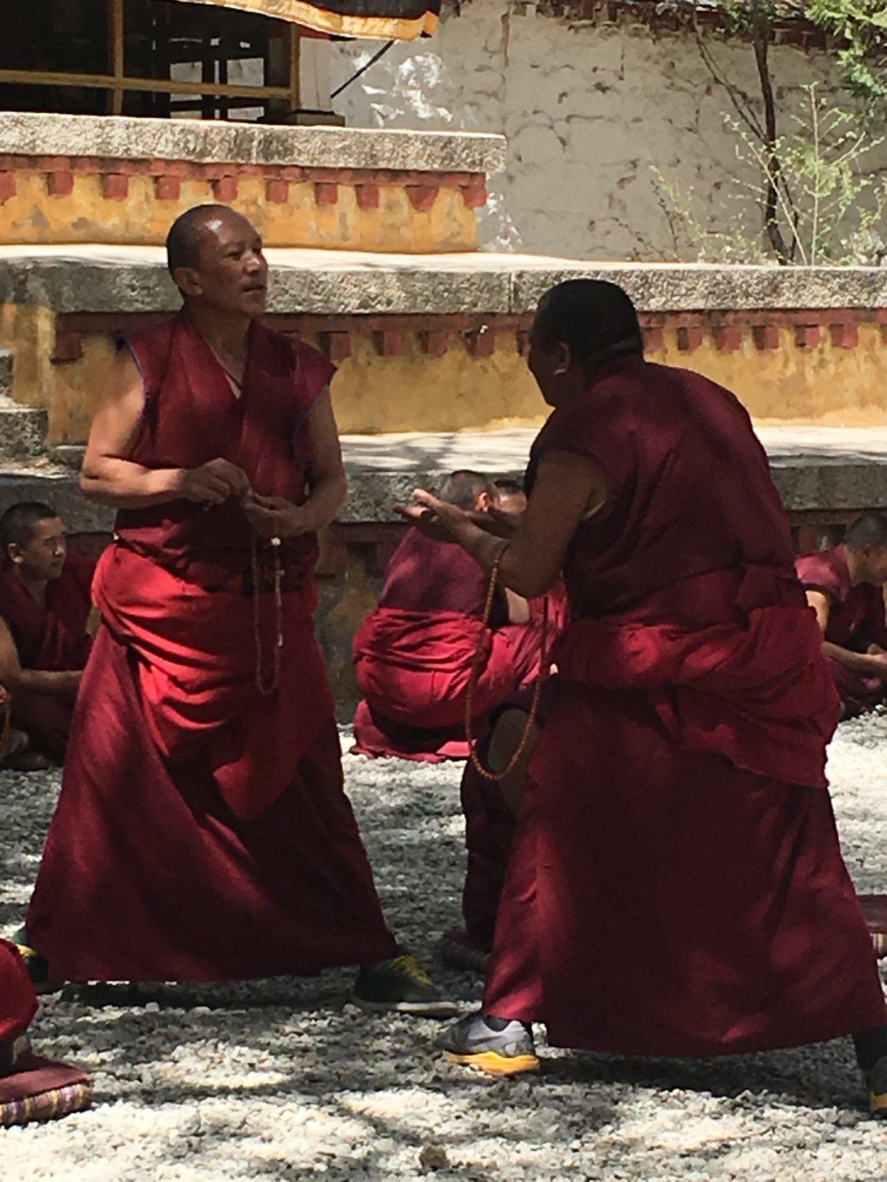 喇嘛們透過一問一答,能將經文融會貫通,並了解它蘊藏的真正含義。圖/發現者旅行社提...