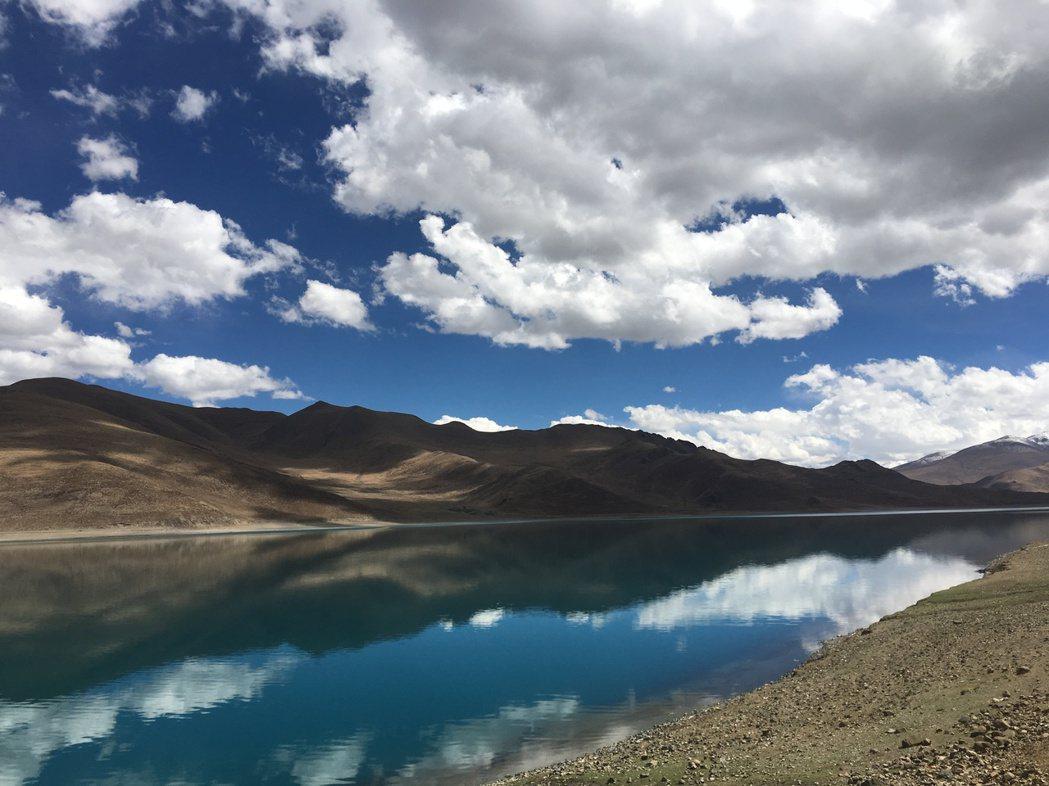 想像倉央嘉措在靜謐的湖邊,緩緩沈睡、逝去的場景。圖/發現者旅行社提供