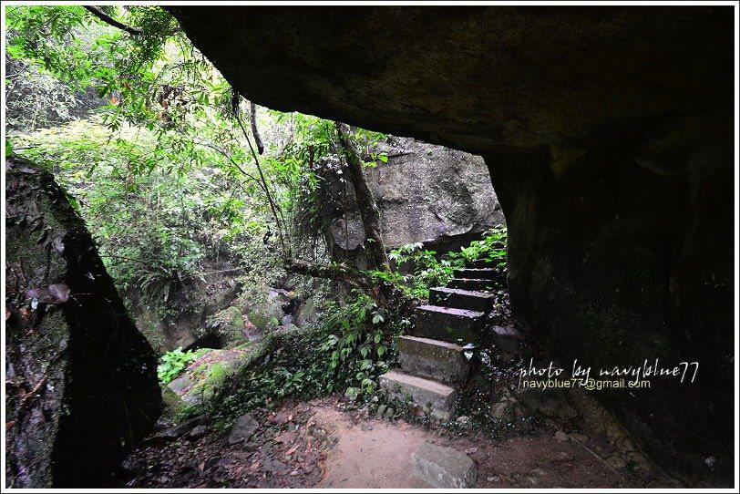 ↑玉螺洞是一個三坪大左右的半開放性石穴,如果走到一半下雨,可以到這兒來躲雨。