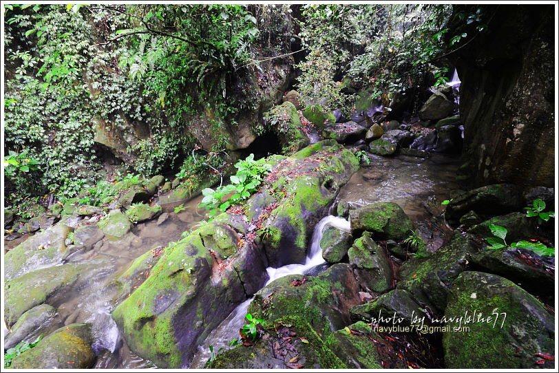 ↑玉螺洞前的出水溪垂水可即,但溪石十分濕滑,布魯建議不要輕易下水。