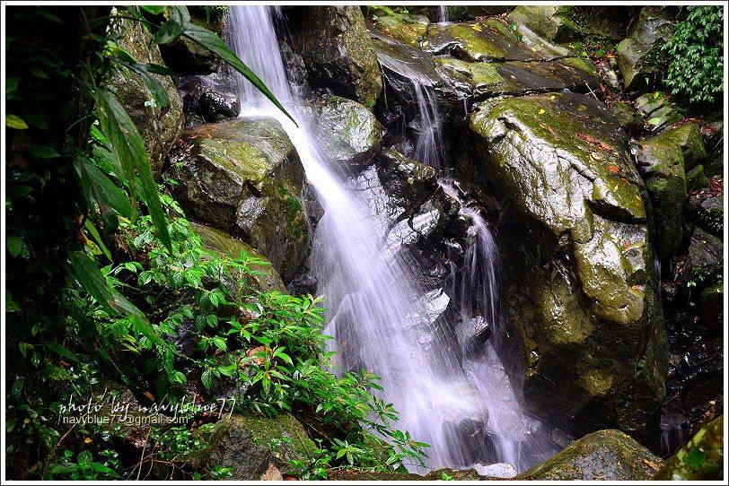 陡坡階梯旁是出水溪的小支流造成的仙水堀瀑布,瀑布雖然不大,但娟秀可人。