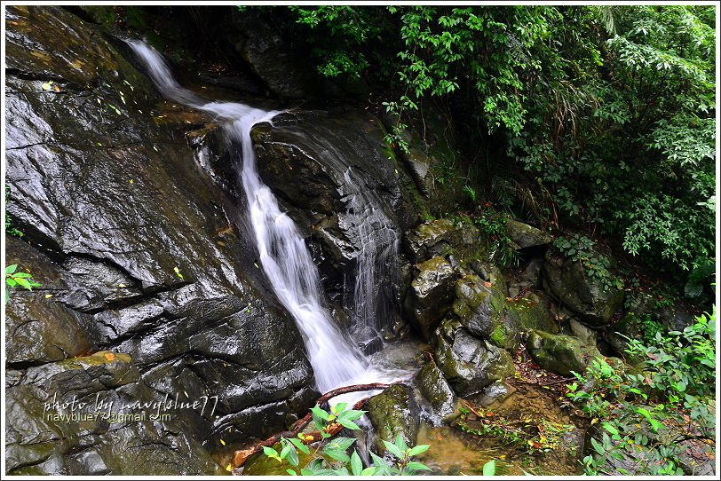 走上陡坡階坡就是仙人堀了,這是連續的水蝕壺穴造成的奇特景觀,夏季水流小瀑襯托下最...