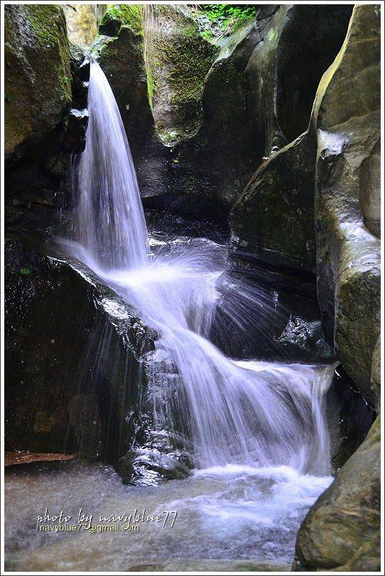 小溪在仙人堀的大小壺穴上譜出屬於夏季的清溪協奏曲。