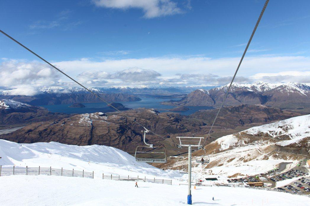 紐西蘭南島最大的Treble Cone雪場,雪道上就能看見瓦納卡湖,景色優美。圖...